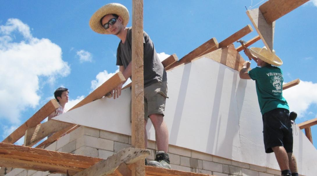 建築ボランティアがフィリピンの学校の屋根の設置に貢献